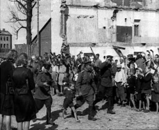 Sovietų karius pasitinka Vilniaus gyventojai